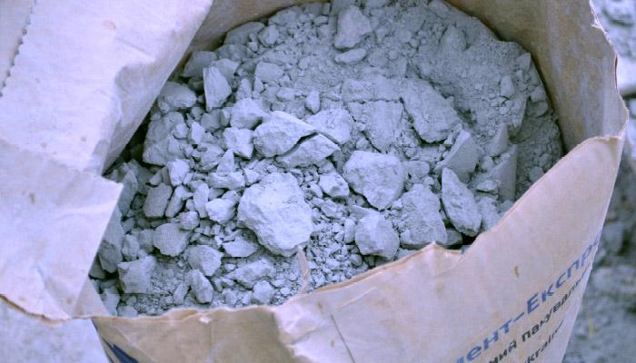 Окаменелый цемент, непригодный для применения